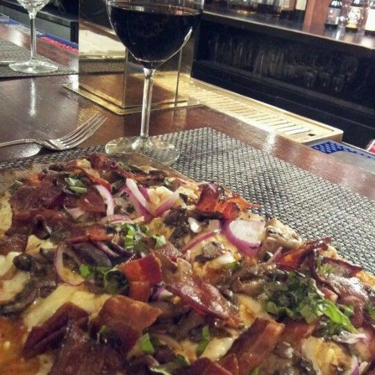 Das Foto wurde bei Beacon Restaurant & Bar von Lisa am 10/15/2012 aufgenommen