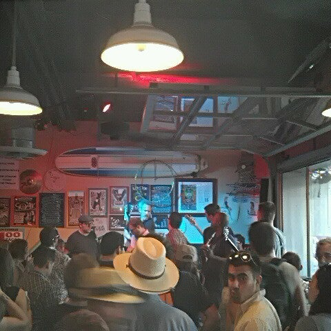 Foto diambil di Lucy's Retired Surfers Bar and Restaurant oleh Chad B. pada 3/17/2013
