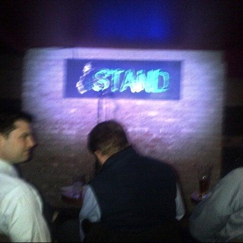 Foto tomada en The Stand Restaurant & Comedy Club por Jocelyn G. el 2/27/2013