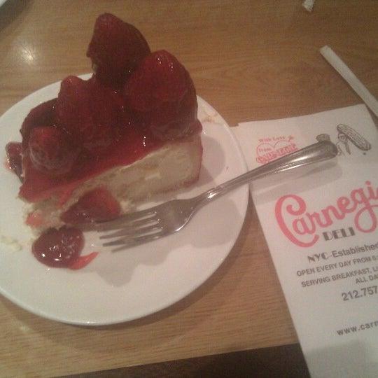 Foto tomada en Carnegie Deli por Eric H. el 12/18/2012