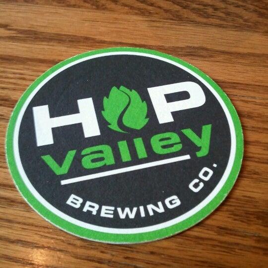 รูปภาพถ่ายที่ Hop Valley Brewing Co. โดย Kayla R. เมื่อ 1/13/2013