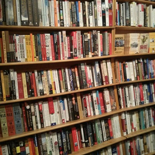 Photo prise au Kramerbooks & Afterwords Cafe par .oo. le5/17/2013