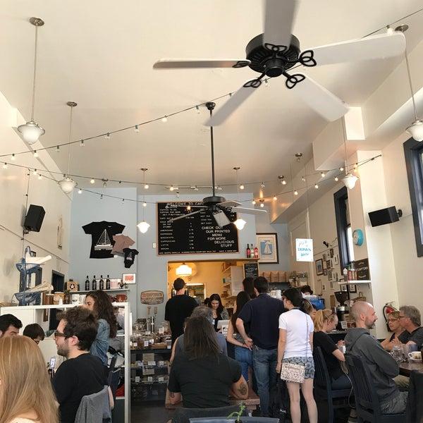 Das Foto wurde bei Cafe St. Jorge von Eugeniu V. am 6/17/2017 aufgenommen