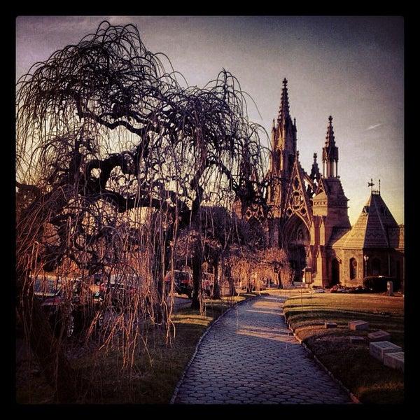 Foto tomada en Green-Wood Cemetery por Mary-Majella O. el 1/11/2013
