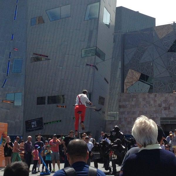 รูปภาพถ่ายที่ Federation Square โดย Eugenia M. เมื่อ 1/19/2013