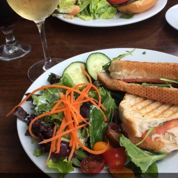 Снимок сделан в The Daily Kitchen & Bar пользователем Lauren S. 4/27/2016