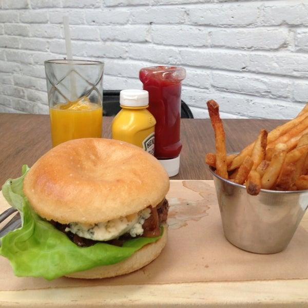 6/7/2013にCristina S.がSmokey's Burger Houseで撮った写真
