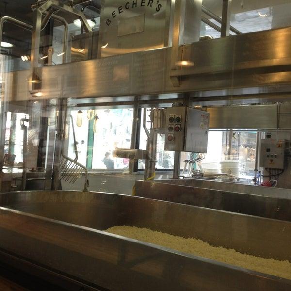 Foto tomada en Beecher's Handmade Cheese por Elizabeth P. el 2/16/2013