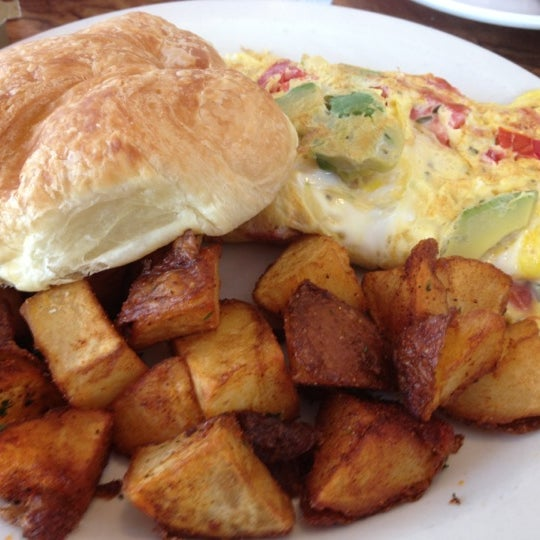 Get the Florida omelet, tomato, avocado, sour cream and cheddar. Home fries are perfectly seasoned too. Try the homemade orange marmalade with your croissant. Take a walk down Corey Ave afterwards.