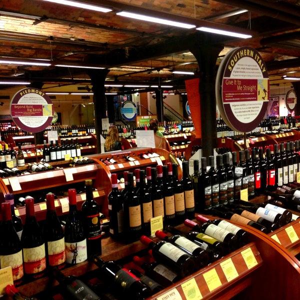 Foto tirada no(a) Astor Wines & Spirits por Nicholas D. em 6/14/2013