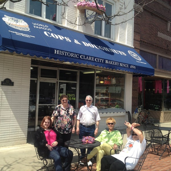 รูปภาพถ่ายที่ Cops & Doughnuts Bakery โดย Paul S. เมื่อ 4/28/2013