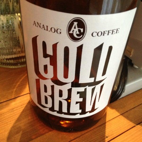 3/16/2013 tarihinde Aaron W.ziyaretçi tarafından Analog Coffee'de çekilen fotoğraf