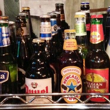 La selección de cervezas importadas y nacionales artesanales es  extraordinaria. Les recomiendo las Belgas.