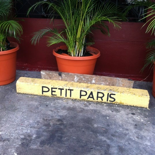Foto diambil di Petit Paris oleh Armando M. pada 11/30/2012