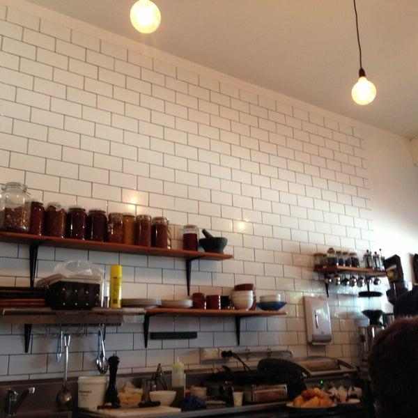 รูปภาพถ่ายที่ Anonymous Café โดย Emma C. เมื่อ 3/10/2013