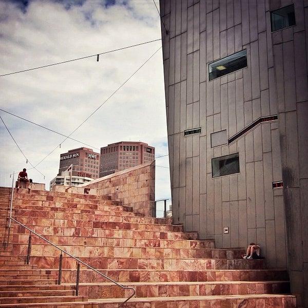 รูปภาพถ่ายที่ Federation Square โดย Matteo C. เมื่อ 12/7/2012