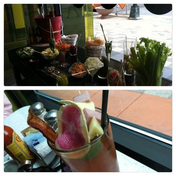Foto tomada en The Corner Office Restaurant & Martini Bar por Alexandra W. el 5/18/2013
