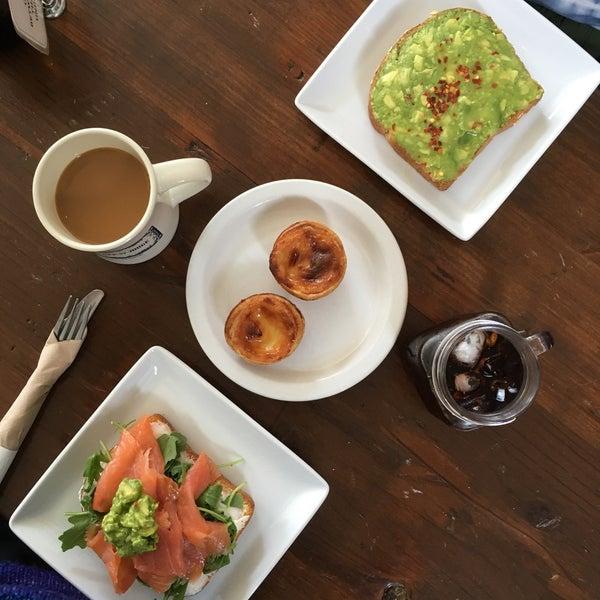 Das Foto wurde bei Cafe St. Jorge von Erin O. am 9/22/2017 aufgenommen