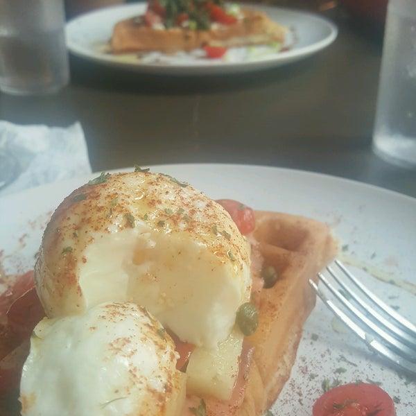 Das Foto wurde bei Waffle Era Tea Room von Michelangelo J. am 8/30/2016 aufgenommen