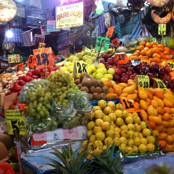 ba8613ffb Foto tomada en Mercado Lagunilla Ropa y Telas por Mark マーク N. el 4 . Jonnathan  G.
