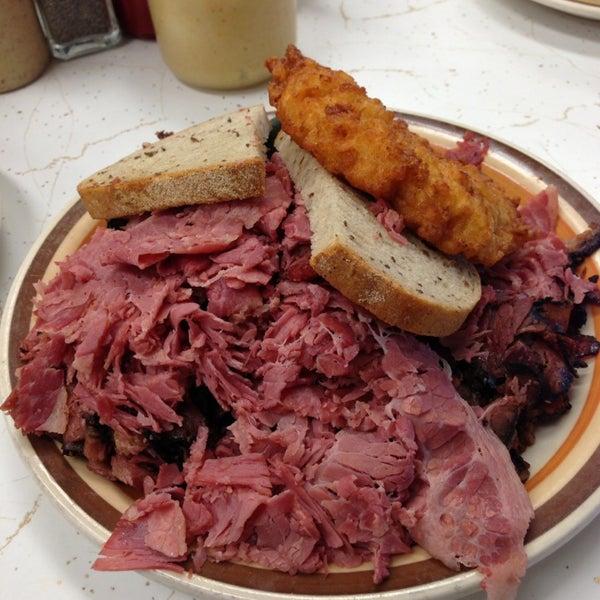 Foto diambil di Manny's Cafeteria & Delicatessen oleh Rick I. pada 2/14/2013