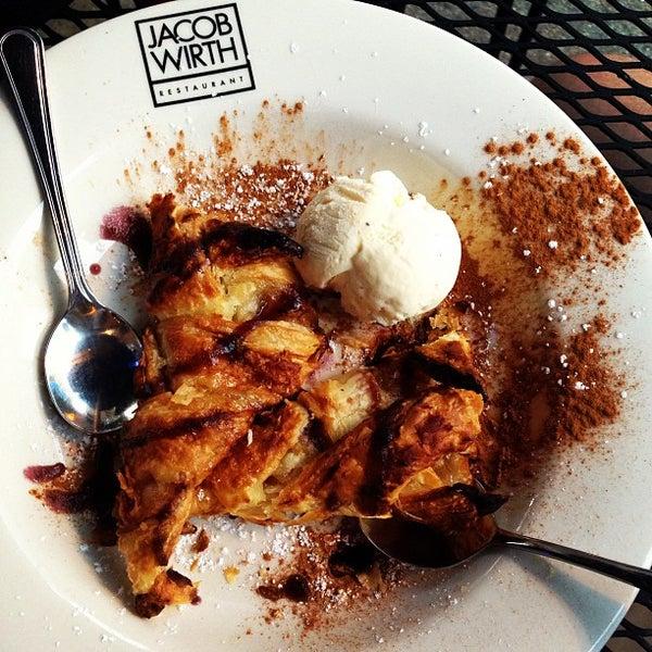 รูปภาพถ่ายที่ Jacob Wirth Restaurant โดย Lauren A. เมื่อ 6/30/2013