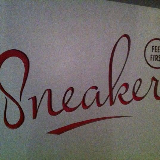 10/16/2012 tarihinde Gavin S.ziyaretçi tarafından Sneaker'de çekilen fotoğraf