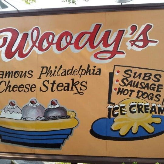 Foto scattata a Woody's Famous CheeseSteaks da Steven R. il 9/25/2012