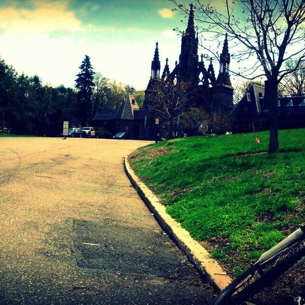 Foto tomada en Green-Wood Cemetery por Sherboto T. el 4/28/2013