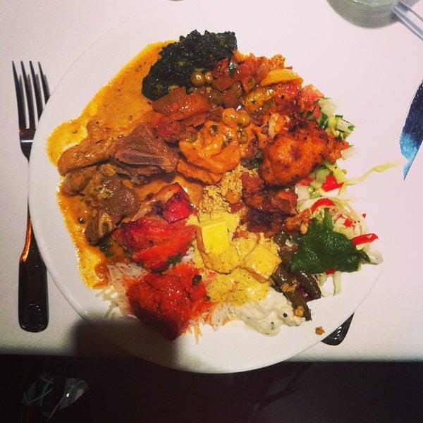 Photo prise au 2 Darbar Grill Fine Indian Cuisine par Alvin Y. le8/20/2013