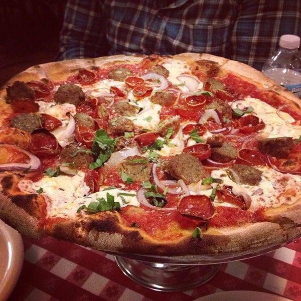 Foto scattata a Lombardi's Coal Oven Pizza da Lara S. il 4/17/2013