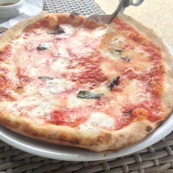 Foto scattata a Menomalé Pizza Napoletana da Cathleen R. il 7/13/2013