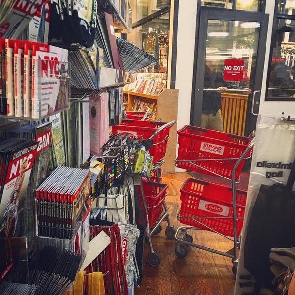 Das Foto wurde bei Strand Bookstore von Chloe N. am 11/21/2015 aufgenommen