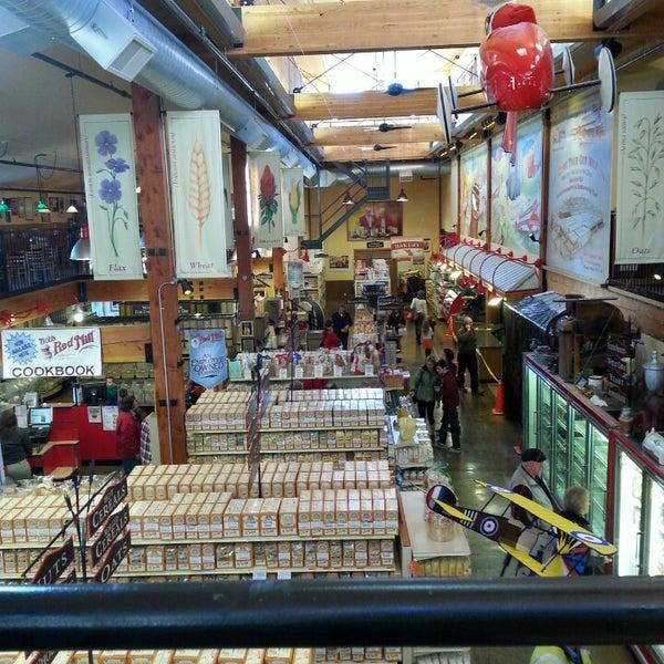 รูปภาพถ่ายที่ Bob's Red Mill Whole Grain Store โดย John W. เมื่อ 1/20/2014