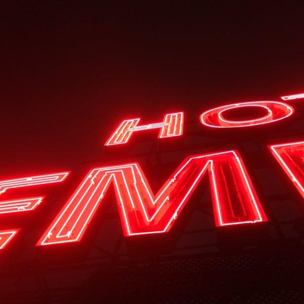 Снимок сделан в The Empire Hotel Rooftop пользователем Adam B. 4/14/2013