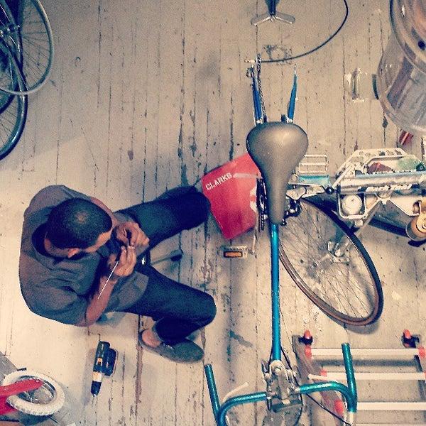 รูปภาพถ่ายที่ Heritage Bicycles โดย Heritage B. เมื่อ 6/21/2013