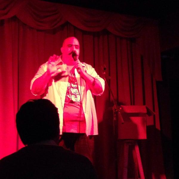 La mejor manera de cerrar la semana con comediantes excelentes, bebidas mágicas y papas waffle.