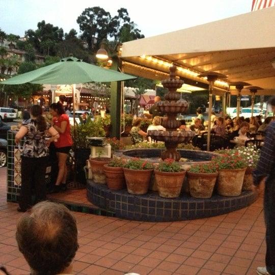 รูปภาพถ่ายที่ Cafe Coyote โดย Tony C. เมื่อ 10/20/2012