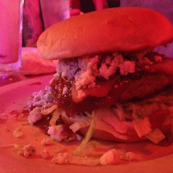 Foto tirada no(a) Hut's Hamburgers por Charlie H. em 5/21/2013