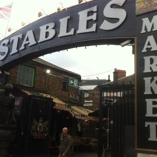 Foto tirada no(a) Camden Stables Market por Alper T. em 11/22/2012