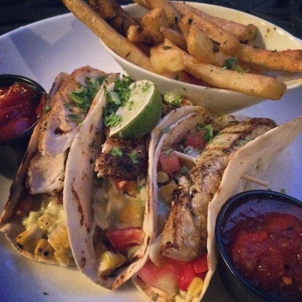 Foto tirada no(a) Teak Neighborhood Grill por Jaysen N. em 6/22/2014