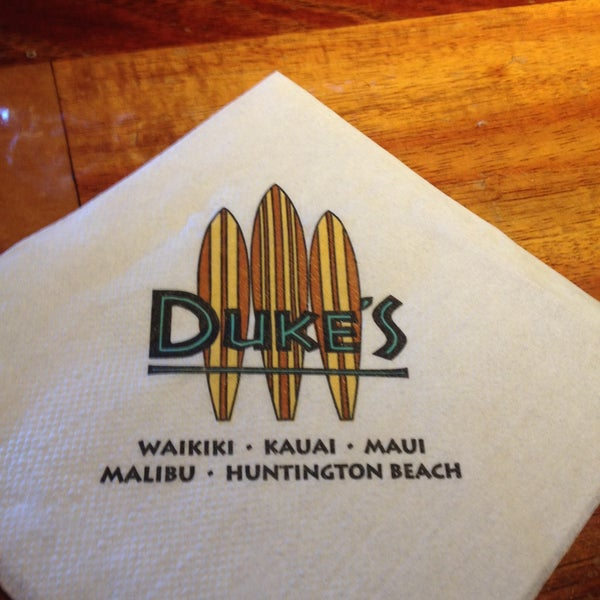 Foto tomada en Duke's Waikiki por Elise W. el 5/10/2013