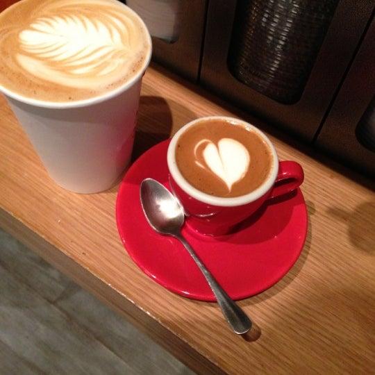 Foto tomada en Ports Coffee & Tea Co. por Alan Z. el 11/15/2012