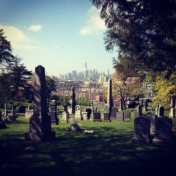 Foto tomada en Green-Wood Cemetery por Jeremy J. el 5/5/2013