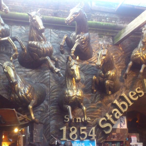 Foto tirada no(a) Camden Stables Market por Simone P. em 2/25/2013