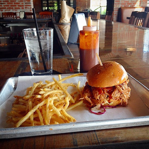 Foto scattata a SmithHouse - BBQ, Burgers, Brews da Eric K. il 11/1/2014