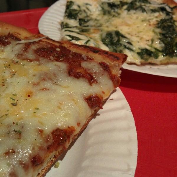 Foto tirada no(a) Nonna's L.E.S. Pizzeria por Terence K. em 5/21/2014