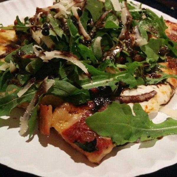 Foto tomada en Nonna's L.E.S. Pizzeria por Terence K. el 7/30/2014