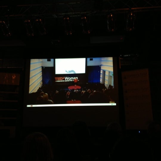 รูปภาพถ่ายที่ The Stage โดย Arielle Q. เมื่อ 11/30/2012