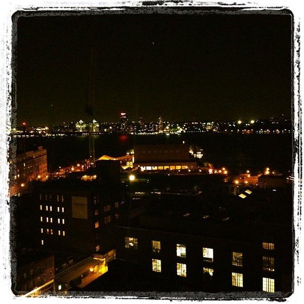 Das Foto wurde bei Plunge Rooftop Bar & Lounge von Shari A. am 9/15/2012 aufgenommen